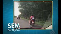 Motoqueiro é flagrado levando três jovens sem capacete em uma moto
