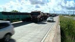 Em protesto contra o aumento do óleo disel, caminhoneiro bloqueiam a BR-101, em Messias