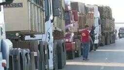 No Acre, caminhoneiros fecham BR-364 contra aumento no preço do diesel
