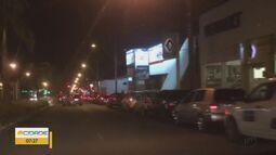 Motoristas enfrentam fila para abastecer veículos em São Carlos, SP