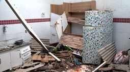 Muro desaba durante chuva e casa é interditada em Cariacica, ES