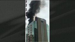 Na Rua: incêndio atinge prédio comercial na Zona Oeste de São Paulo