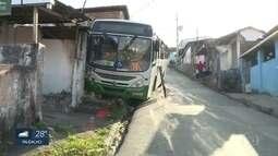 Ônibus atinge casa ao descer ladeira em Olinda