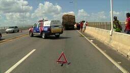 Motociclista morre após bater em traseira de caminhão parado na ponte Phelippe Daou