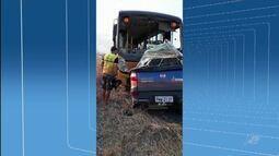 Três pessoas morrem após colisão frontal entre ônibus escolar e carro, em Independência