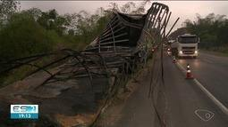 Carreta-baú pega fogo e uma pessoa morre na BR-101 em Conceição da Barra