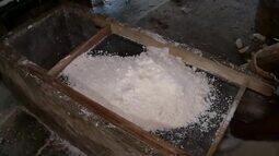 Em Graça, farinha de mandioca é produzida de maneira tradicional