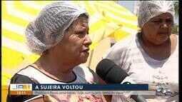 Comerciantes reclamam de prejuízos com lama preta em praia de Palmas