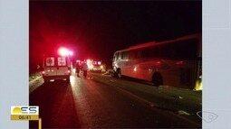Acidente entre ônibus e carro deixa três mortos na BR-101 em Guarapari