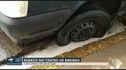 Carro fica preso após cair em buraco no Centro de Ribeirão Preto, SP