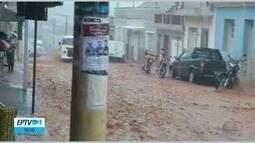 Chuva forte faz rio transbordar em Soledade de Minas