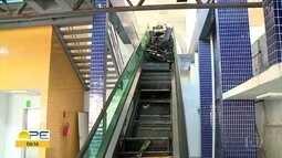 Problema em escada rolante do TI Aeroporto deixa duas pessoas feridas no Recife