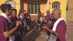 Moradores usam a música para manter a tradição