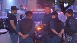 Motorista bêbado dorme com carro ligado parado no meio da rua em frente a Santa Casa