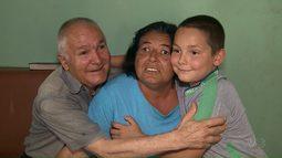 Conheça o Davi que ajuda os pais que são cegos