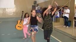 Semifinalistas do 'Talentos Kids' se apresentam e pedem voto em escolas de Goiás