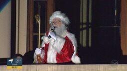 Chegada do Papai Noel reúne multidão na esplanada do Theatro Pedro II em Ribeirão Preto