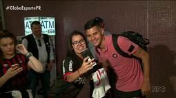 Jogadores do Atlético-PR são recepcionados pela torcida na chegada à Curitiba