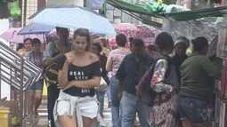 Compras de Natal movimentam comércio em São Vicente, SP