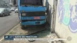 Caminhão perde freio, atinge carros e bate em muro em avenida de Piracicaba