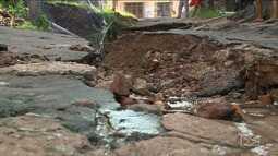 Moradores reclamam de cratera em rua de bairro São Luís