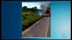 Carro pega fogo na subida da MG-354 perto do Córrego das Almas, em Arcos