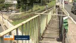 'Armengue': pedestres reclamam de estrutura provisória que segura gradil no Canela