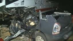 Acidente entre carro e ônibus deixa quatro mortos em Iguape