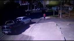 Pedestre acaba atropelado após batida entre dois carros no DF