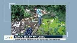 Voluntários de ong ambiental recolhem lixo jogado no Ribeirão Garcia, em Blumenau