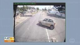 Câmara de ônibus registra momento de batida com carro em Olinda