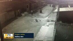 Vazamento de água abre cratera e provoca acidentes em rua de Arapiraca