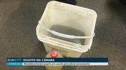 Moradores levam esgoto em baldes e garrafas pra sessão pra cobrar saneamento