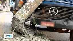 Caminhão arranca poste do chão, em Goiânia