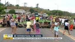 Protesto de moradores bloqueia a BR-101, na Serra