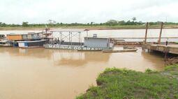 Queda de parte da rampa do porto prejudica embarque e desembarque de balsas no Juruá