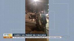 Carro capota e vai parar em cima de calçada na Praia da Costa, em Vila Velha