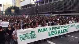 Manifestantes participam de marcha a favor da legalização da maconha em São Paulo