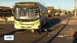 Casal de motociclistas fica ferido em acidente com ônibus, em Goiânia