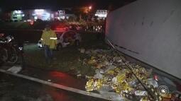 Carreta carregada com cerveja tomba e espalha carga em rodovia de Jarinu