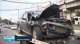 Homem fica ferido após bater carro na lateral de ônibus na Av. Bonocô