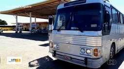 Ônibus clandestinos são apreendidos em desvio para fugir da fiscalização, em Porangatu