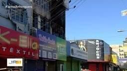Bombeiros combatem incêndio em loja de Campinas, em Goiânia