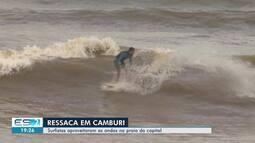 Surfistas aproveitam ondas na Praia de Camburi, em Vitória
