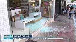 Criança liga carro, invade calçada e quebra vidraça de loja no Centro de Linhares, no ES
