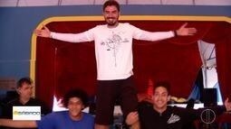 'Vai Encarar': Gustavo Garcia é artista circense por um dia