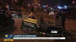Carro bate em poste e capota na Av. Bento Gonçalves em Porto Alegre