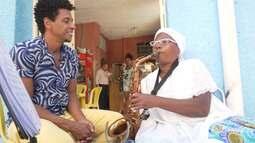Em Cachoeira, Aldri conhece Sueli Silva, baiana de acarajé que estuda saxofone