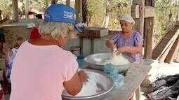 Casa de farinha em Itaitinga produz farinha de forma manual
