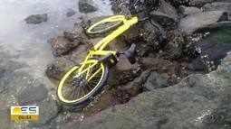 Bicicleta é jogada no mar, na Baía de Vitória